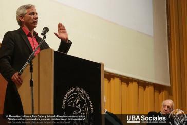 Boliviens Vizepräsident Álvaro García Linera bei seinem Vortrag in Buenos Aires. Rechts neben ihm im Bild: Emir Sader