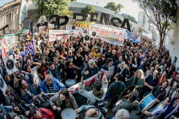 """Protestmarsch der Medienangestellten in Buenos Aires, Argentinien, am """"Día del Periodista"""""""