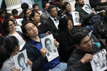Asofamd-Mitglieder mit Bildern ihrer getöteten oder verschwundenen Verwandten.