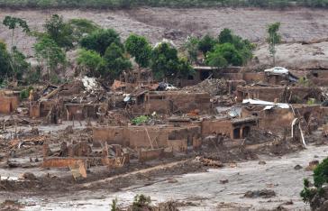 Die durch den Dammbruch ausgelöste Welle aus Schlick und Abbauresten der Eisenerzmine zerstörte das angrenzende Dorf Bento Rodrigues