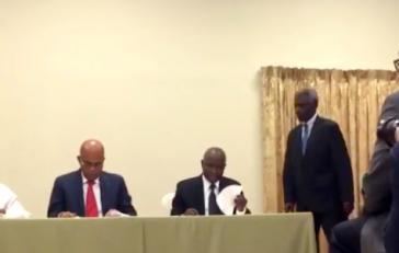 Bei der Unterzeichnung der Übergangsvereinbarung
