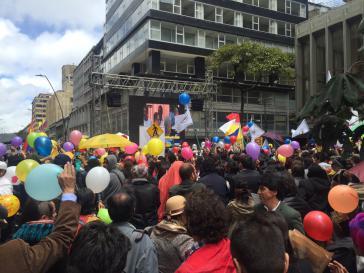 In vielen Städten, wie hier in Bogotá, waren Leinwände auf öffentlichen Plätzen angebracht, die Unterzeichnung wurde live aus Havanna übertragen