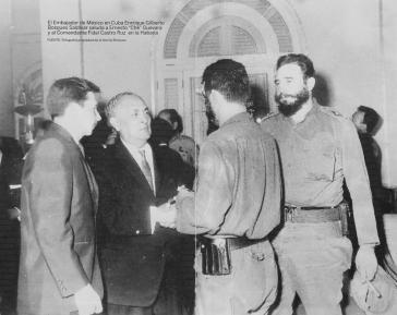 Feier anlässlich des Jahrestages Mexikos in Havanna am 16. September 1964. Von links nach rechts: Raúl Castro, Botschafter Bosques, Ernesto Che Guevara (mit dem Rücken), Fidel Castro