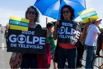 """""""Putsch des TV-Netzwerkes"""" (Wortspiel: Rede Globo ist der Name des größten Medienkonzerns in Brasilien) Anhängerinnen von Dilma Rousseff  protestieren vor dem Senat gegen die Absetzung der Präsidentin. """"Wir kommen wieder"""""""