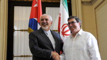 Kubas Außenminister Bruno Rodríguez (rechts) begrüßt seinen iranischen Amtskollegen Mohammed Dschawad Sarif am Montag in Havanna