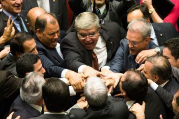 Mit Brasiliens Präsident Temer verbundene Abgeordnete feiern das Abstimmungsergebnis
