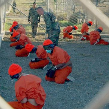 Gefangene bei ihrer Ankunft im Camp X-Ray, Guantanamo Bay, Kuba (2002)