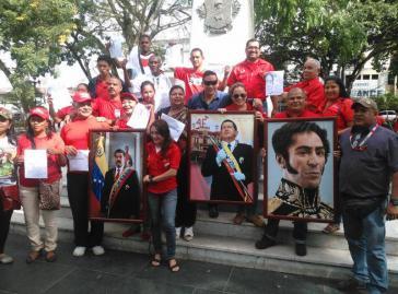 Anhänger der sozialistischen Regierung protestieren gegen die Entfernung der Bilder von Chávez und Bolívar
