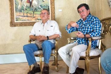 Die ELN-Kommandanten und Sprecher der Friedensdelegation, Antonio García (links) und Pablo Beltrán, im Gespräch mit Alba TV,  Contagio Radio und Colombia Informa