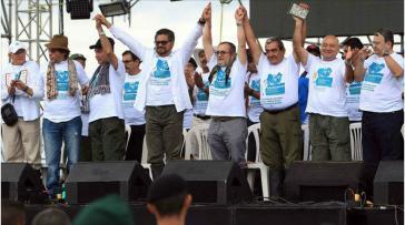 Farc-Kommandanten auf dem Podium beim Abschluss der 10. Guerillakonferenz