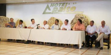 Die Delegationsleiter der Regierung und der Farc verlasen das gemeinsame Komuniqué. Ganz links im Bild der UN-Sondergesandte für den Friedensprozess in Kolumbien, Jean Arnault, der an den Gesprächen beteiligt war