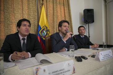 Der Direktor der Bank des Südens Ecuador, Andres Arauz, und Ecuadors Außenminister Guillaume Long (v.l.) während des Treffens