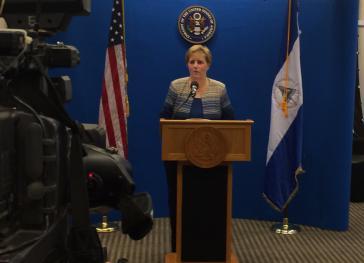 US-Botschafterin Laura Dogu spricht während einer Pressekonferenz über den Nica Act