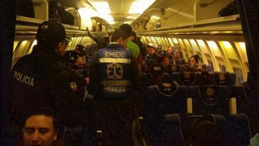 Kubanische Staasbürger werden in einem Flugzeug der ecuadorianischen Luftwaffe nach Kuba gebracht