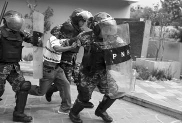 Polizeieinheiten gehen repressiv gegen eine Demonstration von COPINH vor
