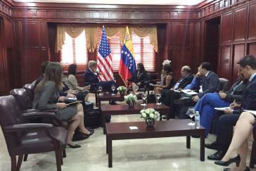 Venezuelas Außenministerin Delcy Rodríguez und ihr US-amerikanischer Amtskollege John Kerry bei ihrem Gespräch am Dienstag in Santo Domingo