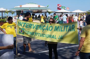 """In den meisten Städten forderten Gegner von Dilma Rousseff und PT wie hier in Rio de Janeiro eine """"Militärische Intervention"""", sprich eine Regierungsübernahme durch das Militär."""
