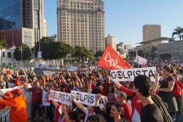 """In Rio de Janeiro beteiligten sich Mitglieder der Gewerkschaft der Erdölarbeiter (Sindipetro) an der Demonstration gegen den """"Putschisten Temer""""."""