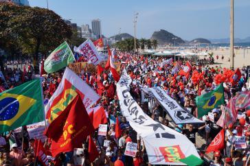 In Copacabana warfen 30.000 Menschen der neuen Regierung einen Putsch vor
