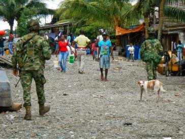 Soldaten in einer Ortschaft der Cacarica-Zone