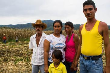 Eine Familie der Kommune El Maizal auf einem gemeinschaftlich bewirtschafteten Maisfeld