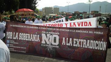 """Demonstranten gegen die Auslieferung politischer Gefangener in Kolumbien: """"Für die Souveränität - Nein zur Auslieferung"""""""