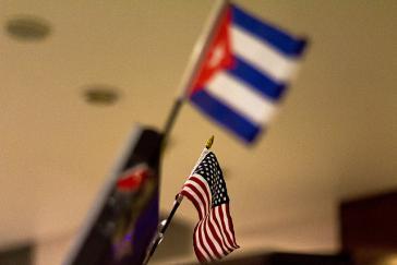 Flaggen von Kuba und den USA