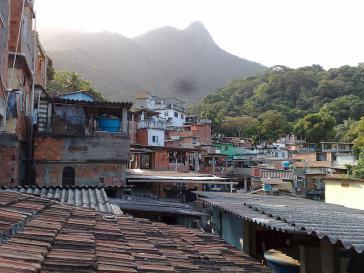 Dächer einer Favela in Rio de Janeiro, Brasilien