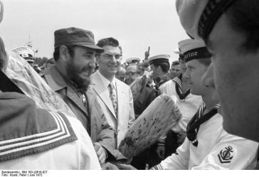Fidel Castro mit Matrosen der Volksmarine der DDR