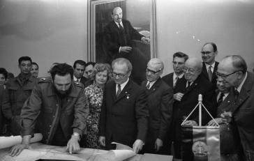 Fidel Castro und Erich Honecker über einer Landkarte. Castro zeigte seinen Gastgebern die Position der Thälmann-Insel