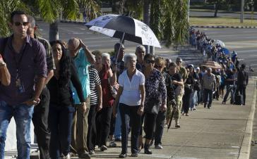 Menschenschlange für das Kondolenzbuch für Fidel Castro auf dem Platz der Revolution in Havanna