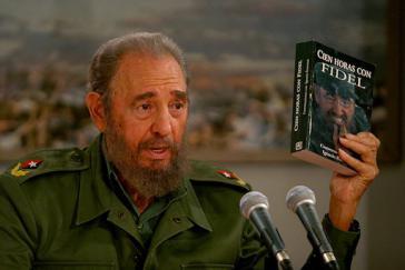 """Fidel Castro stellte in der kubanischen TV-Sendung """"Mesa Redonda"""" das Buch von Ignacio Ramonet vor"""