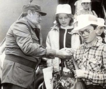 """Fidel Castro nimmt  im März 1990 die ersten """"Tschernobyl-Kinder"""" bei ihrer Ankunft in Havanna an der Gangway in Empfang"""