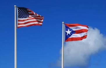 Flaggen der USA und Puerto Ricos