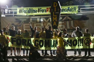 """Kundgebung von Rousseff-Gegnern in Brasília. Auf den Transparenten steht: """"Weg mit dem Kommunismus"""", """"Weg mit Dilma - Weg mit der PT"""" und """"Nie wieder"""""""