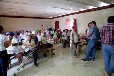 Maya-Gemeindevertreter bei einer Konsultation zum Anbau von Gensoja