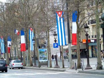 Kubanische und französische Fahnen an der Avenue des Champs-Élysées in Paris