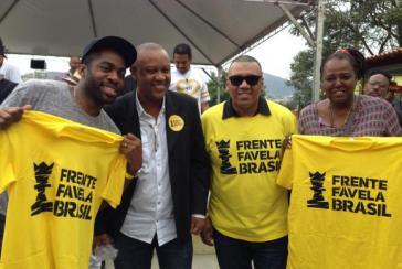 """Namhafte Vertreter der brasilianischen Schwarzenbewegung bei der Gründung der Partei """"Frente Favela Brasil"""" am Donnerstag, auf dem Morro da Providência in Rio de Janeiro"""