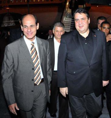 Kubas Vizeaußenminister Rogelio Sierra empfing Gabriel am Flughafen von Havanna