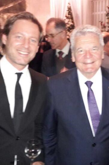 Joachim Gauck mit Filmemacher Florian Gallenberger in der Residenz des Botschafters. Im Hintergrund Reinhard Zeitner