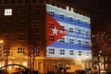 Lichtinstallation der Kuba-Solidaritätsbewegung gegen die US-Blockade