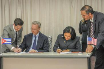 Eric Schmidt (links) und Etecsa-Präsidentin Mayra Arevich bei der Unterzeichnung des Abkommens am 12. Dezember in Havanna