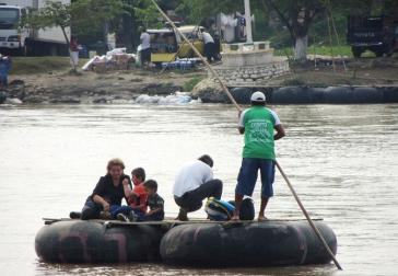 Mit Flößen überqueren Menschen die grüne Grenze zwischen Guatemala und Mexiko