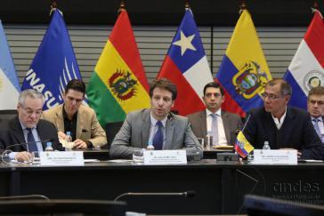 Ecuadors Außenminister Long (Mitte) verliest die gemeinsame Erklärung