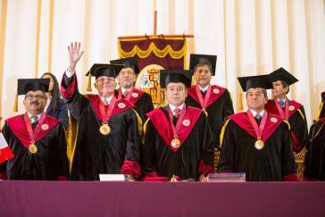 Kuczynski (mit erhobenem Arm) bei der Verlehung der Ehrendoktorwürde der Universität San Antonio am 25. Juni in Cusco, Peru