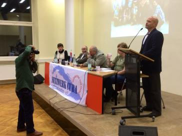 Hernández in Berlin am 11. Januar 2016. Links im Bild mit der Kamera der kubanische Dokumentarfilmer und Fotograf Roberto Chile. Auf dem Panel: Vertreterinnen der Kuba-Solidarität, Kubas Botschafter René Juan Mujica Cantelar und der kubanische Abgeordnete Alpidio Alonso Grau.