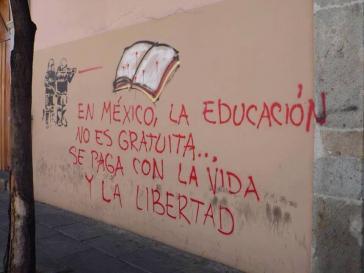 """Graffito: """"In Mexiko ist Bildung nicht gebührenfrei, sie wird mit dem Leben und  mit der Freiheit bezahlt"""""""