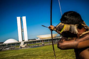 Während einer Demonstration indigener Gemeinschaften vor dem Nationalkongress in Brasília gegen die schleppende Demarkation ihres Landes