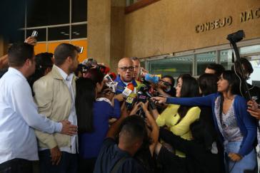 Rodríguez im Gespräch mit Medienvertretern vor dem CNE-Sitz in Caracas