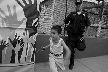 Kultur der Gewalt: Junge in Mexiko spielt Pistole